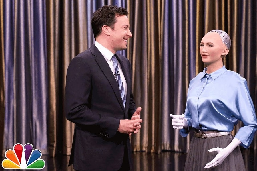 Robot Sophia ve Jimmy Fallon'dan Duygulandıran Say Something Düeti